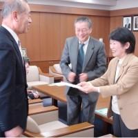 久留米市長から署名受け取る