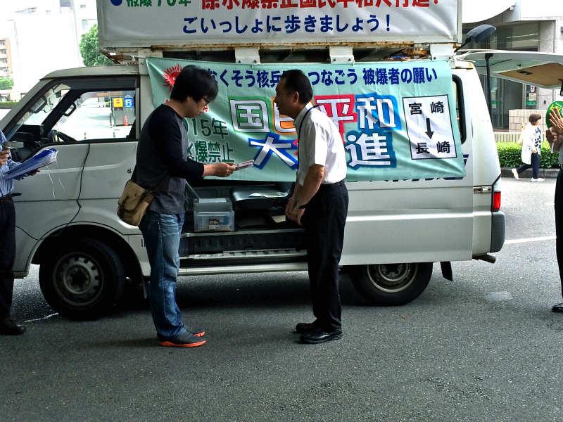 宮崎市と市議会から募金を受け取る団長