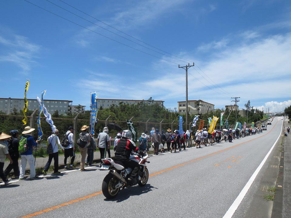 米軍基地の横を通過する行進団(水谷徳男さん提供)