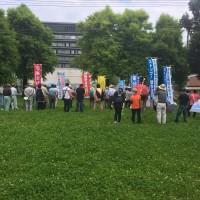 延岡市庁舎まえの公園で集会