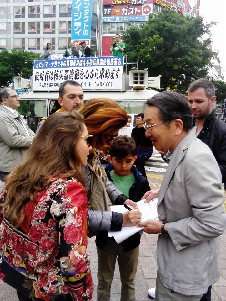 署名をもらいながら国際交流する高草木博・日本原水協代表理事